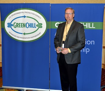 Jon Scanlan from Hy-Vee accepts an award from GreenChill for Goal Achievement